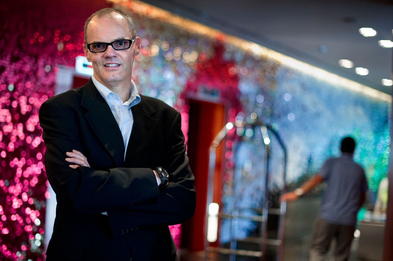 Frits Van-Paasschen posa en el lobby del W Hotel de Barcelona